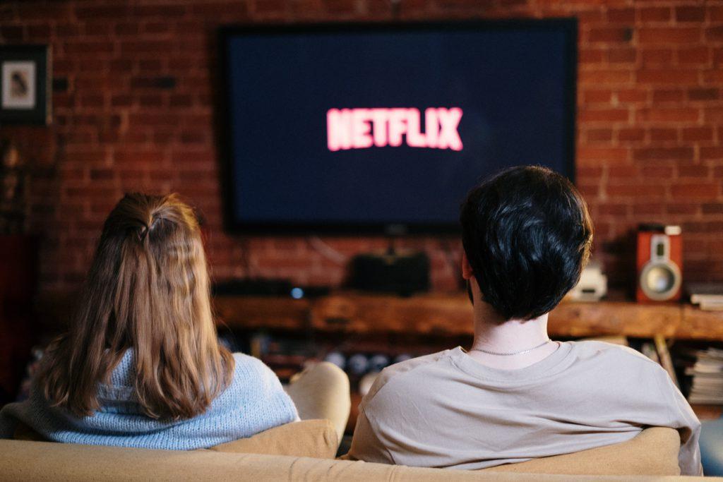 2 personnes en train de regarder Netflix